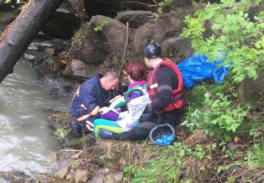 Есть погибшие: в Карпатах грузовик с туристами с высоты упал в реку