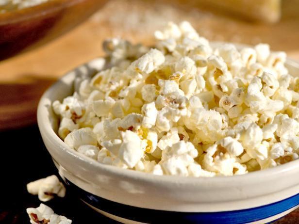 Закуски, которые можно есть перед сном: попкорн
