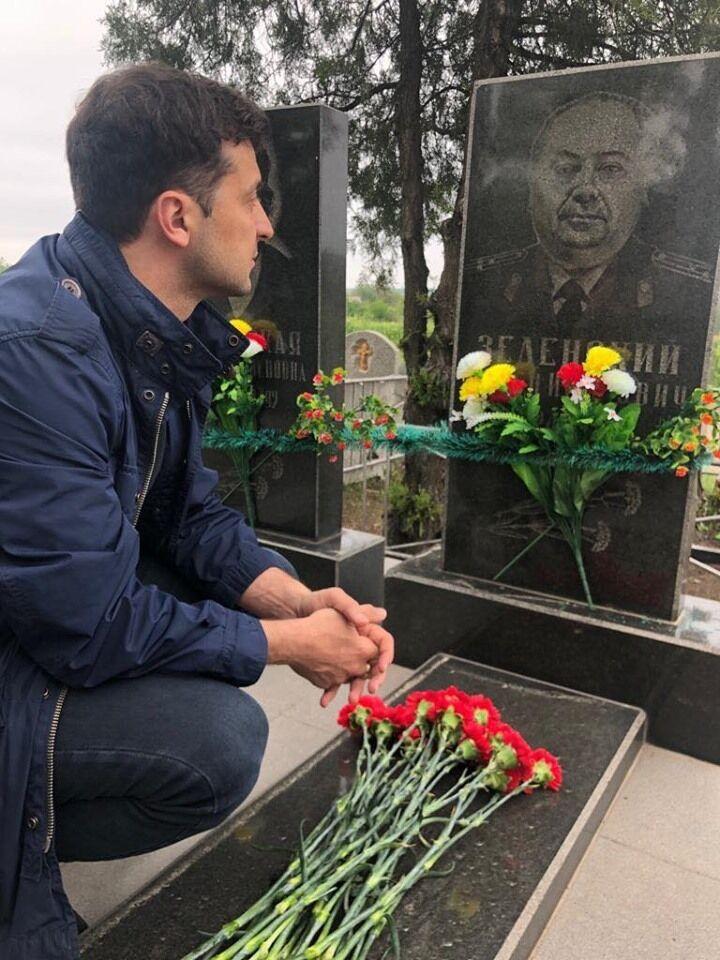Володимир Зеленський на могилі діда