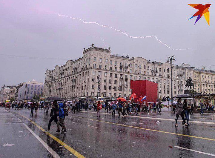 """""""Бессмертный полк"""" смыло! На Москву обрушился страшный ливень"""