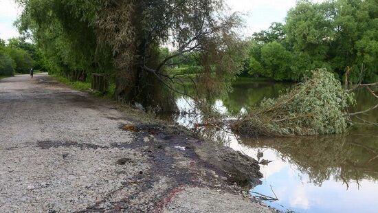 Машина въехала в реку и перевернулась