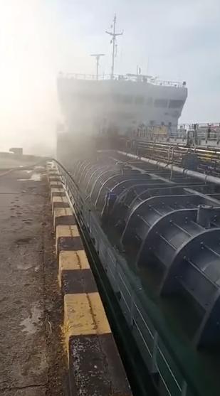 В России рванул танкер с нефтью: трое погибли. Фото и видео