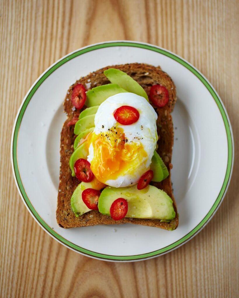 Бутерброд з яйцем і авокадо