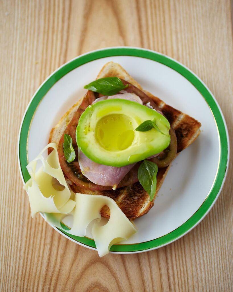 Бутерброд з авокадо, помідором і шинкою