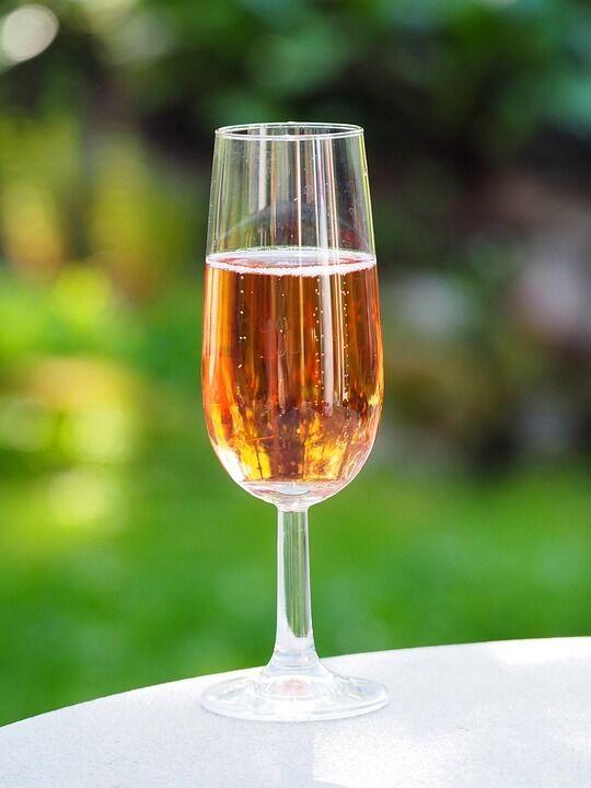 Як вибрати і пити рожеве вино: правда про ціни, смак і походження