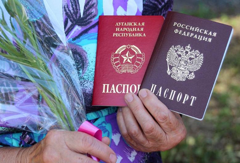 """""""Зрадників ніде не люблять"""": Росія видала перші паспорти жителям Донбасу (фото, відео)"""
