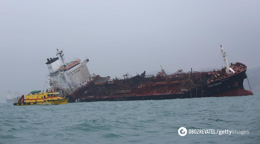 Палаючий танкер у затоці