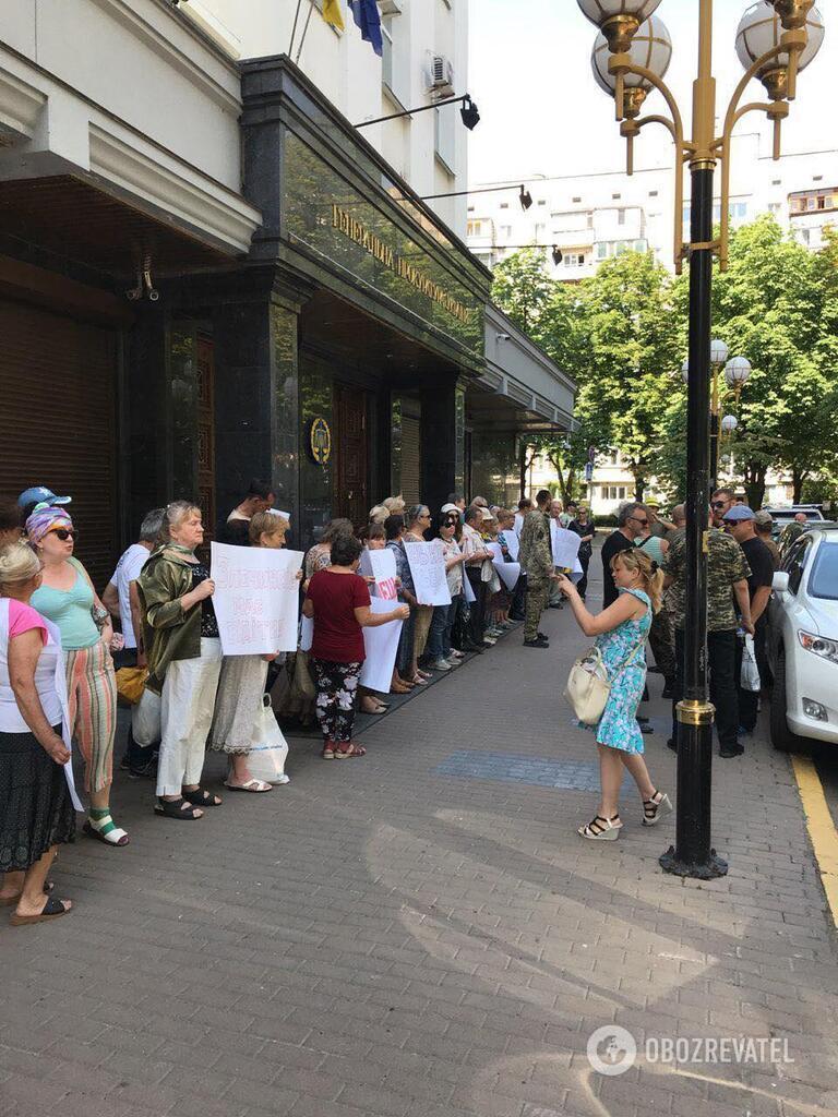 Під ГПУ зібралися кілька десятків осіб