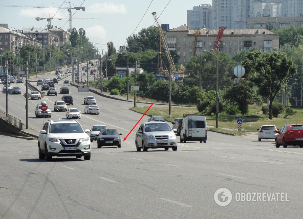 Некоторые автомобилисты сильно разгоняются, не обращая внимания на излом вправо.  Стрелкой указано место поворота
