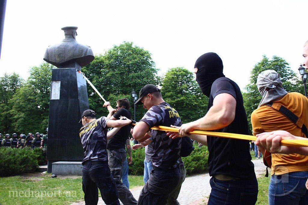В Харькове снесли памятник Жукову: фото и видео