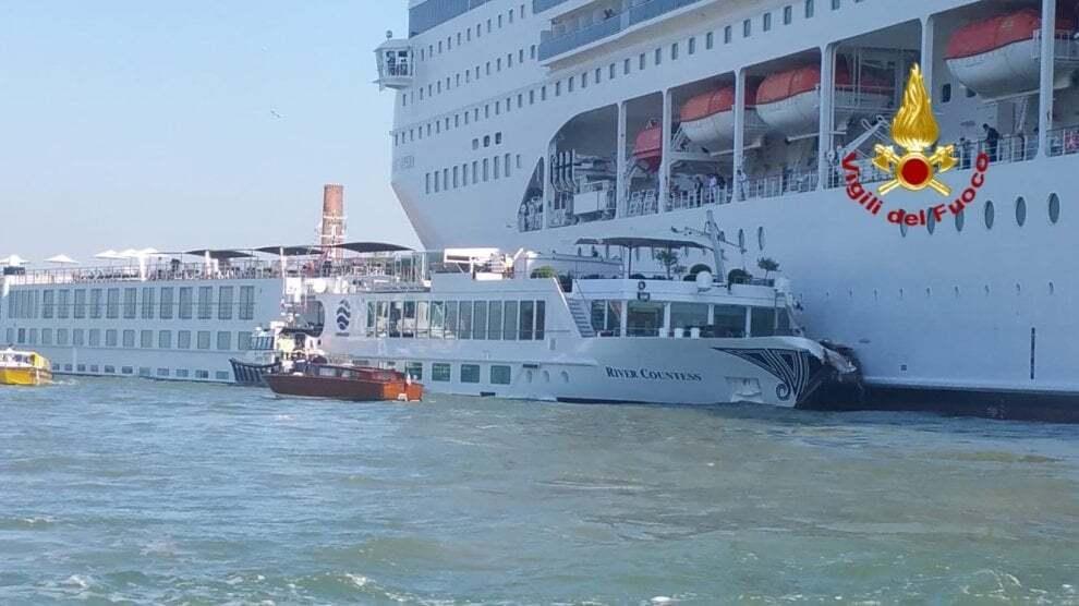В Венеции круизный лайнер протаранил судно: фото и видео