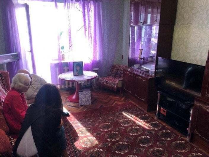 Радянські меблі і червоні килими: у мережі показали, як живуть батьки Зеленського