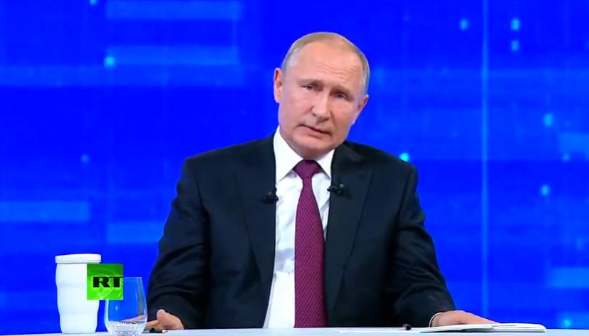 """Путін прийшов на """"Пряму лінію"""" зі знаменитим аксесуаром"""