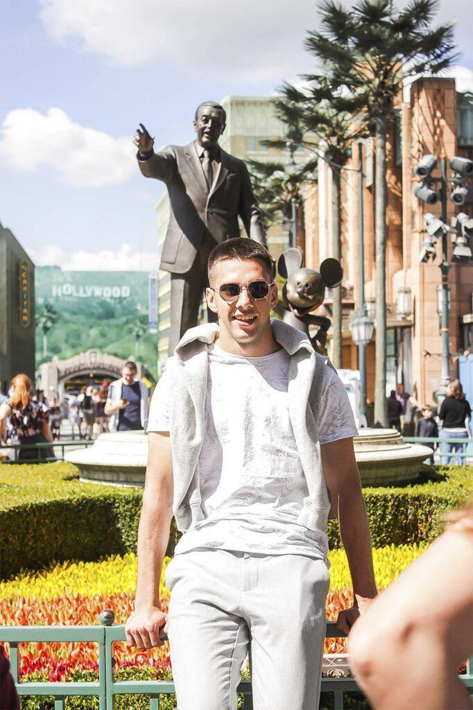 Сто украинских студентов посетили парижский Диснейленд