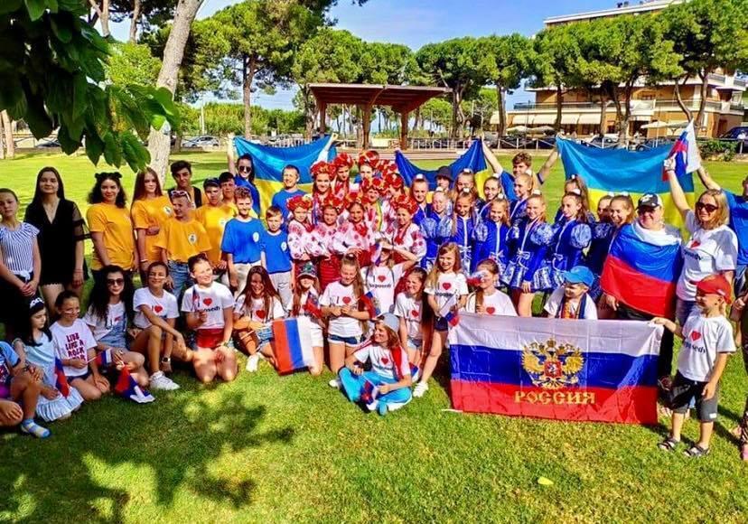 Розгорівся скандал через фото українських дітей біля прапора РФ