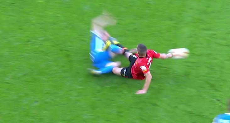 Футболист въехал прямой ногой в лицо сопернику