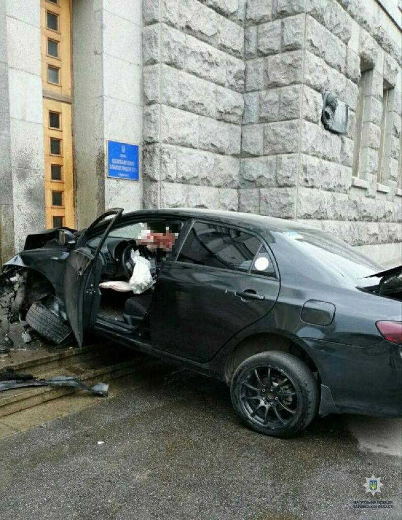 Машина влетела в мэрию