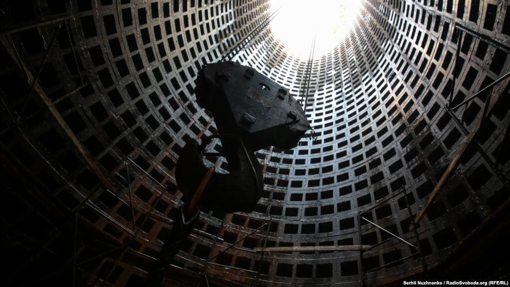 Через тунель спускають обладнання