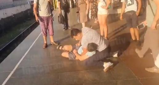 В Киеве в метро на пассажиров нападали с ножом