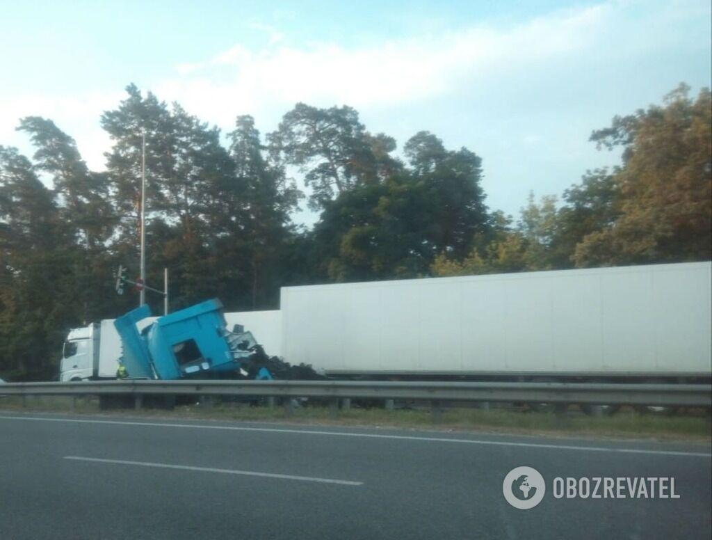 От удара кабина одного из грузовиков превратилась в груду металла