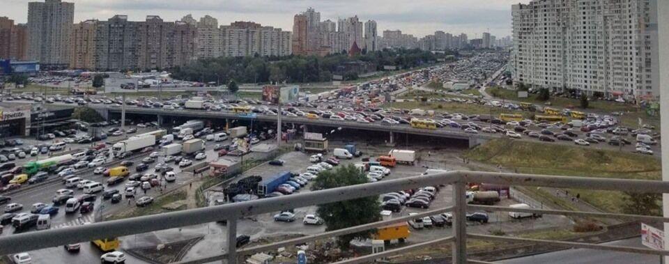 Затор на одной из развязок Киева. Рядом – новостройки