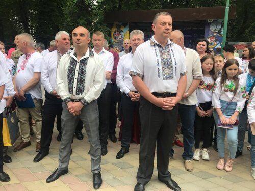Во время празднования дня города в Мостиске, на округе, глава Львовской облрады Гирняк (слева) и Дубневич сделали вид, что не замечают друг друга