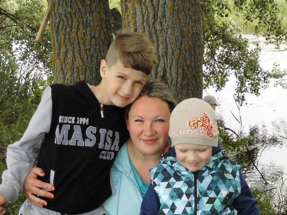 Кирило (праворуч) із мамою і братом