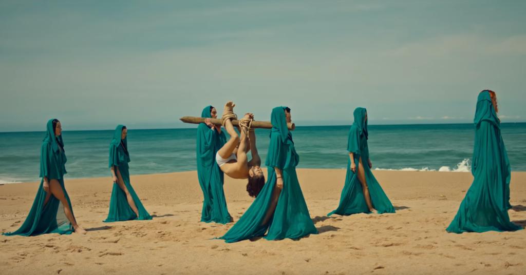 """""""Куля-дура"""" - героя в трусах несуть по пляжу"""