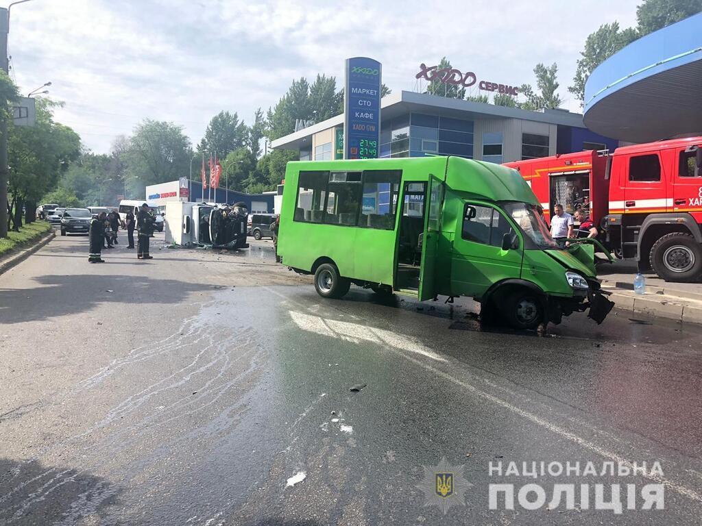 В Харькове грузовик протаранил маршрутку: 10 пострадавших