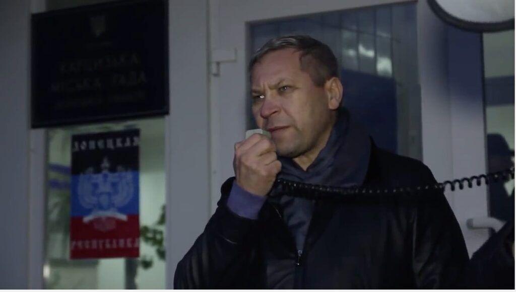 """Владислав Лукьянов на фоне флага """"ДНР"""""""