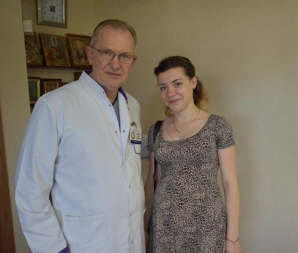 Дружина пораненого захисника України разом із лікарем медзакладу