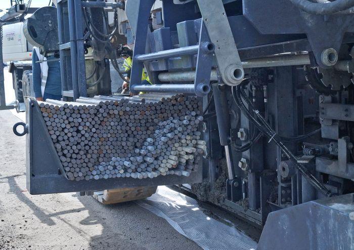 В Украине показали, как строят первую современную бетонную дорогу
