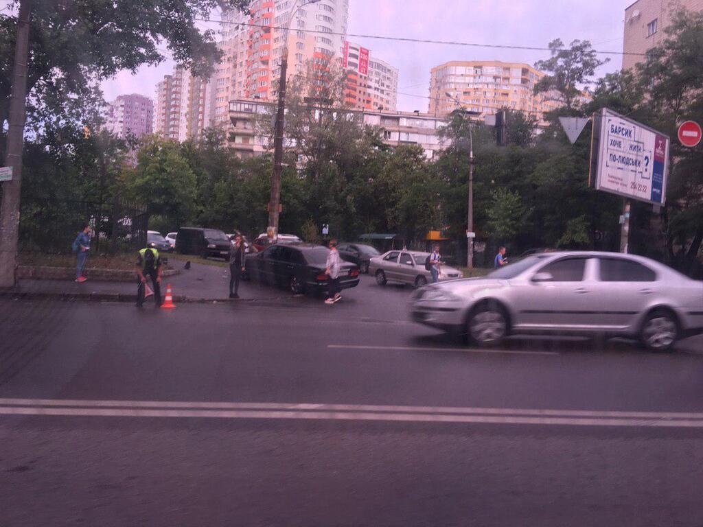 В Киеве произошло жесткое ДТП с Mercedes: первые подробности