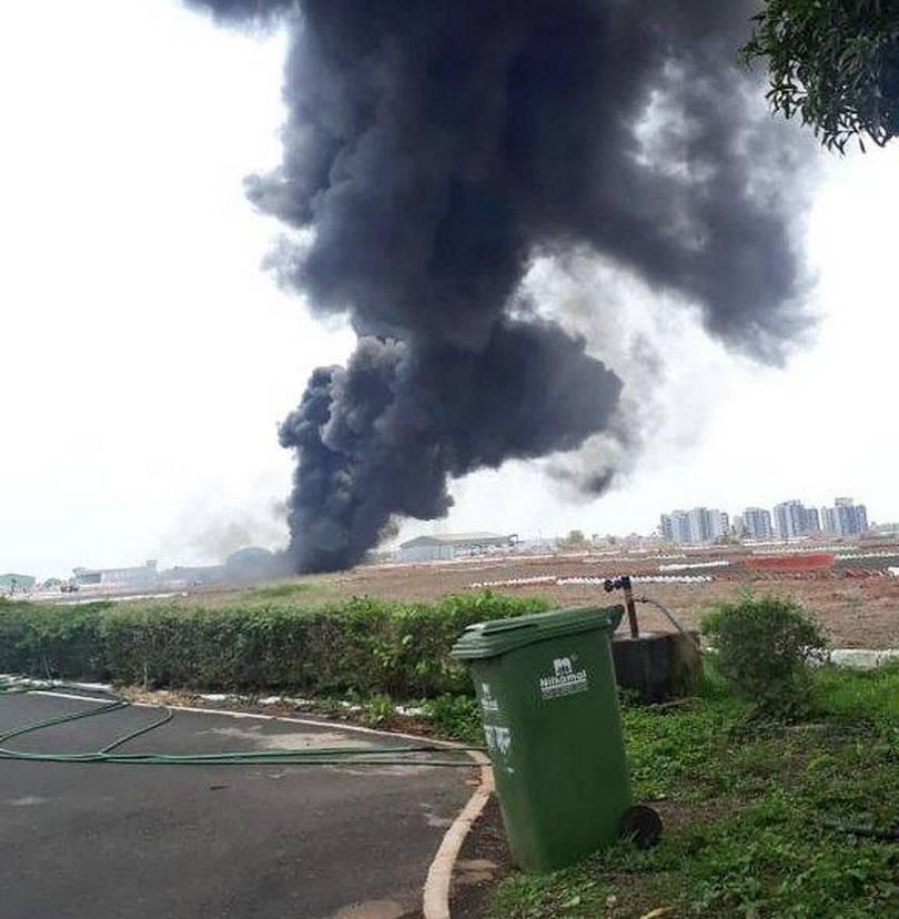 Над аэропортом подымался столб дыма