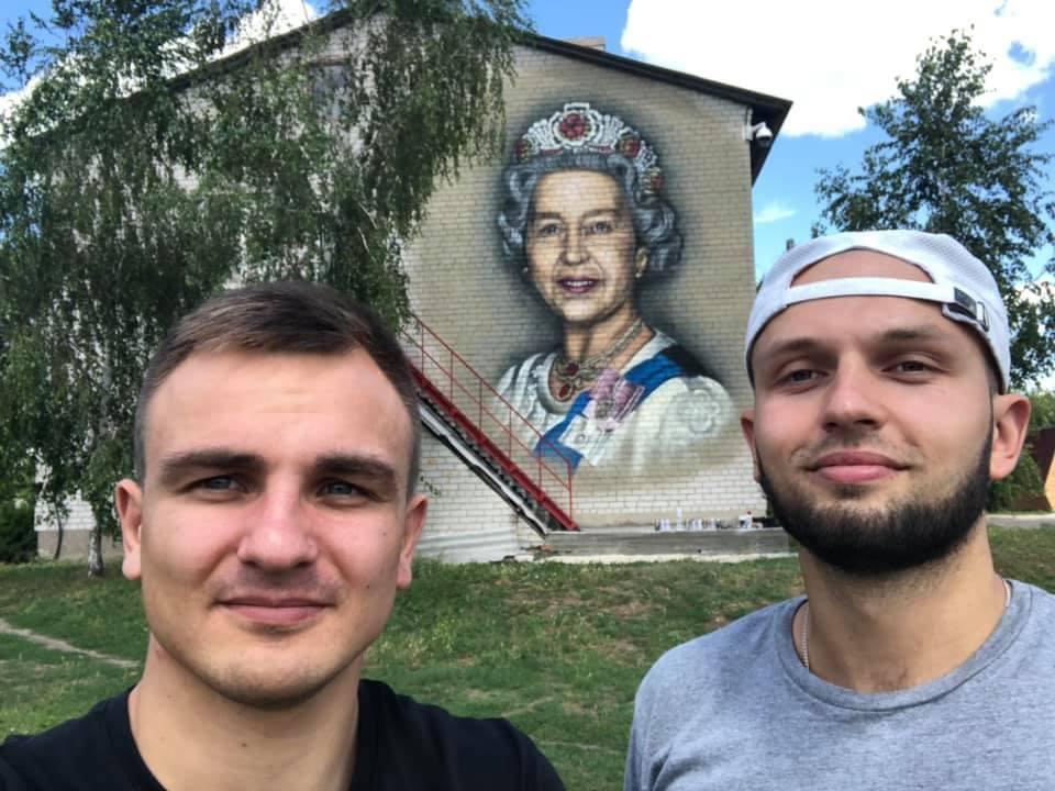 Художник Тимур Левченко (справа)