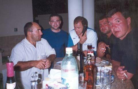 Руслан Савлохов (крайний слева) с членами ОПГ