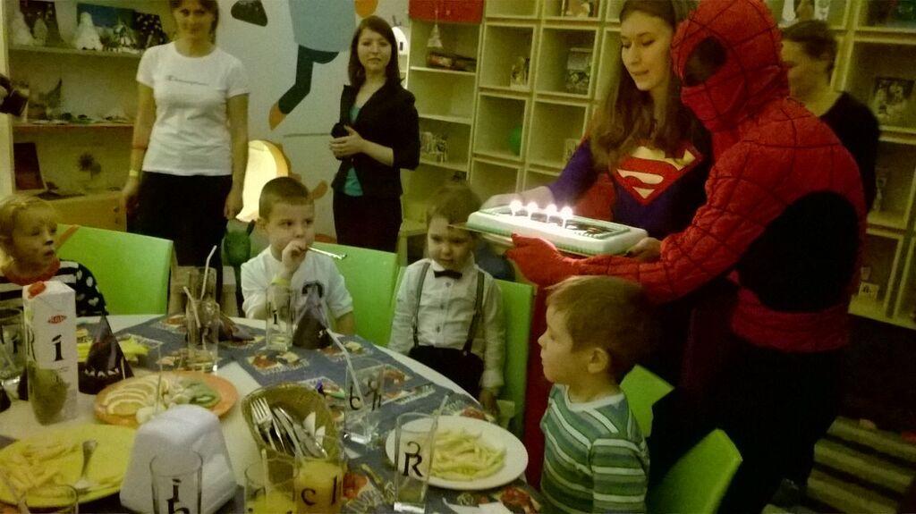 Влаштовувала для дітей яскраві дні народження
