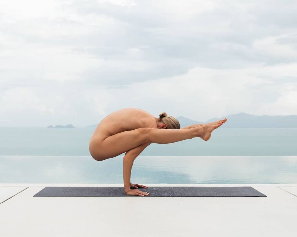 naked-yoga-girl-close