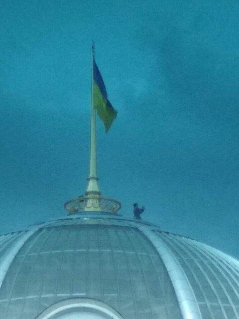 """""""Зеленский пишет селфи-видео"""": фото с человеком на куполе Рады взорвало сеть"""