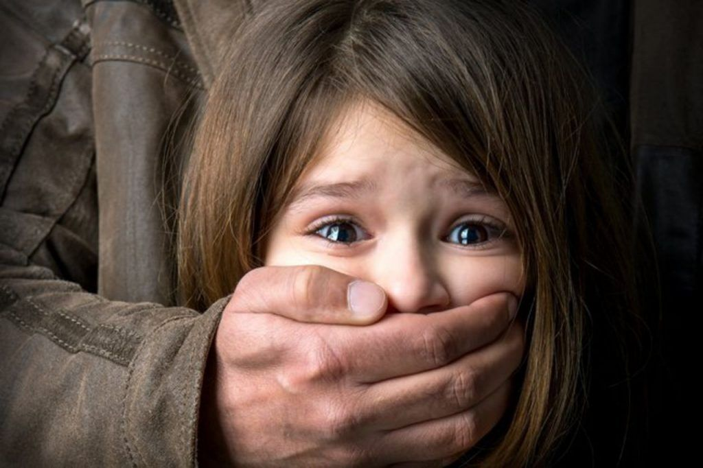 """Кожна п'ята дитина – жертва: педофіли влаштували """"полювання"""" в Україні"""