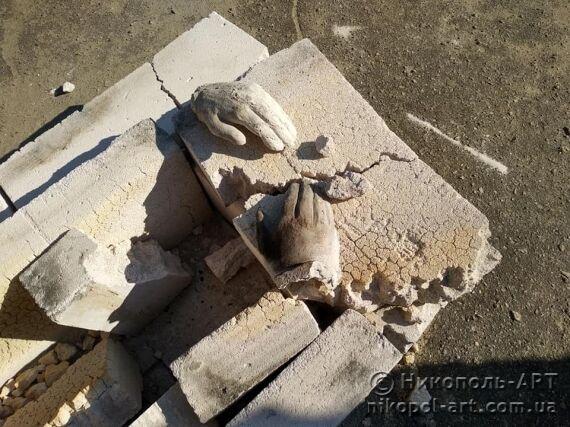 Разбитая скульптура