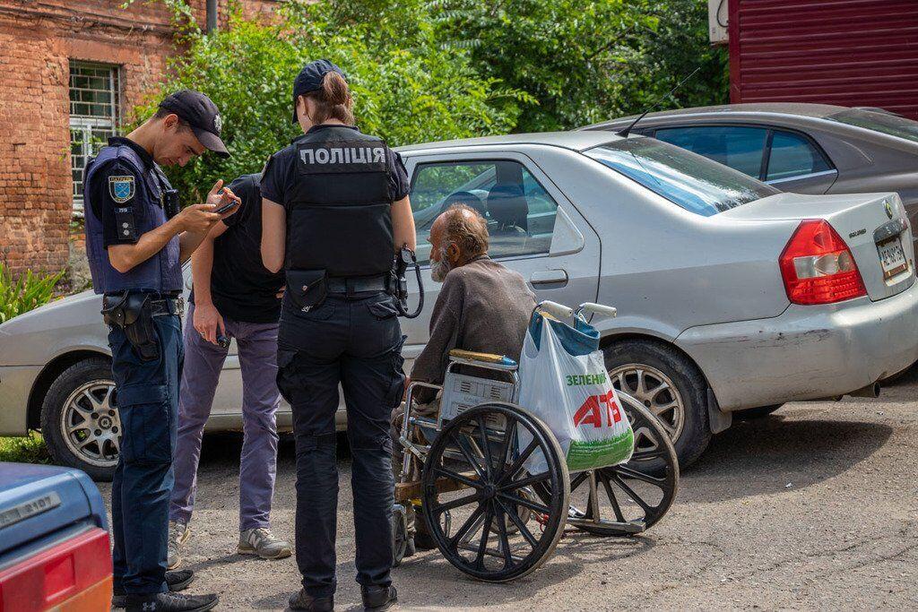 Полицейские пытались помочь