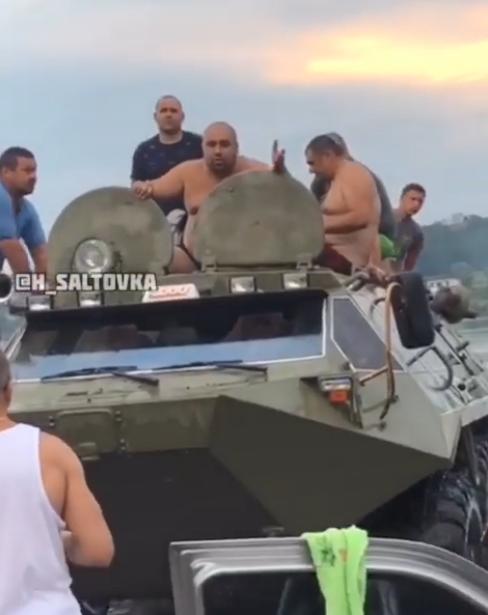 В Харькове мужчины на БТР устроили дебош