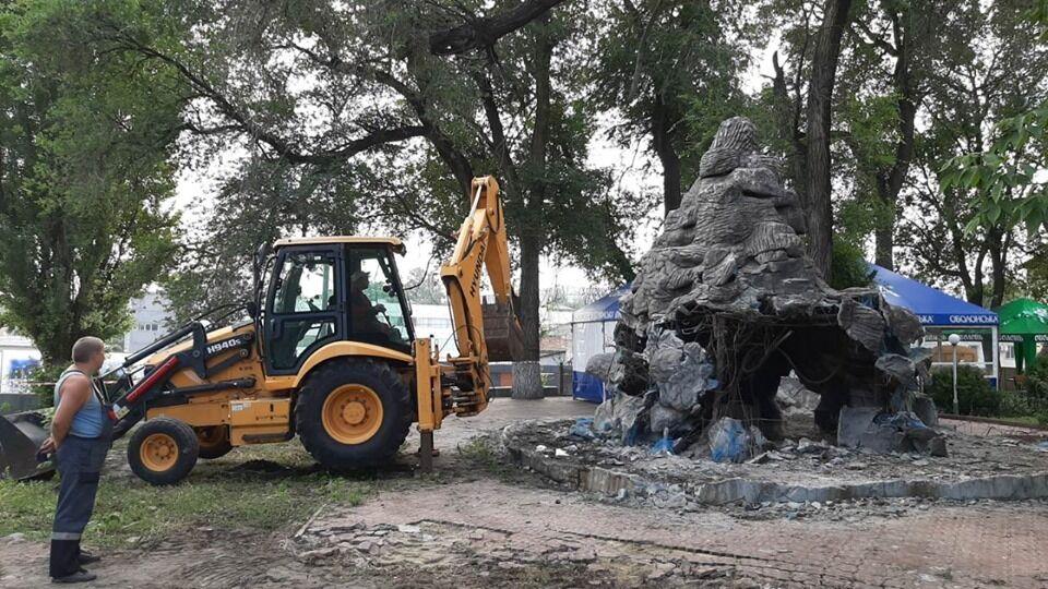 """У парку """"Пам'яті і примирення"""" демонтували фонтан"""