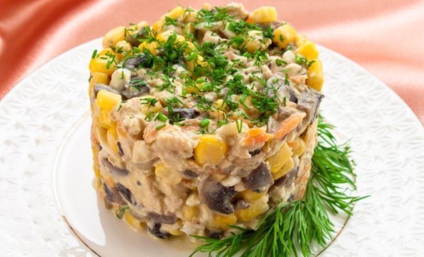 Салат з грибами і кукурудзою