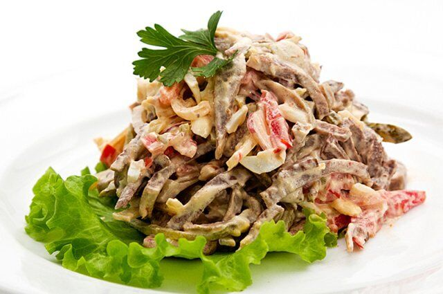 Салат з язиком і кукурудзою