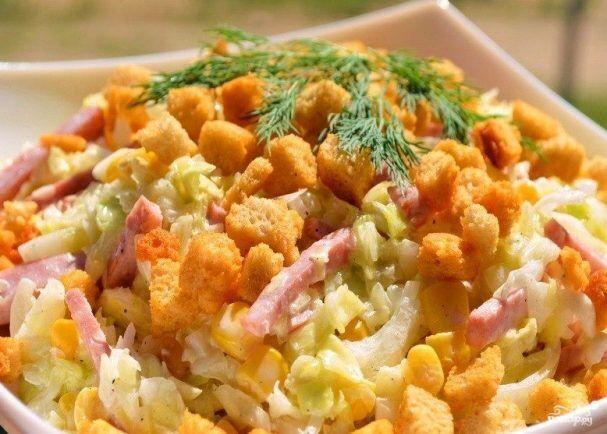 Салат з сухариками і кукурудзою