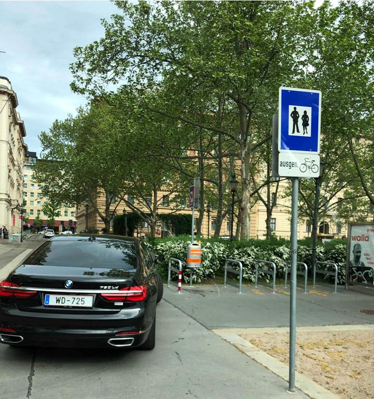 Новая машина Щербы под школой припаркована с нарушением на пешеходном переходе