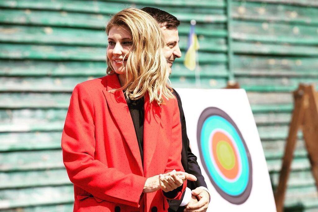 Елена Зеленская в красном костюме