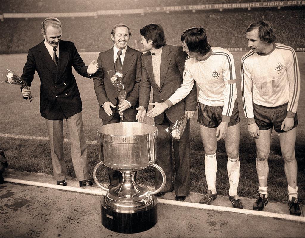 1975 год. Валерий Лобановский с Суперкубком УЕФА